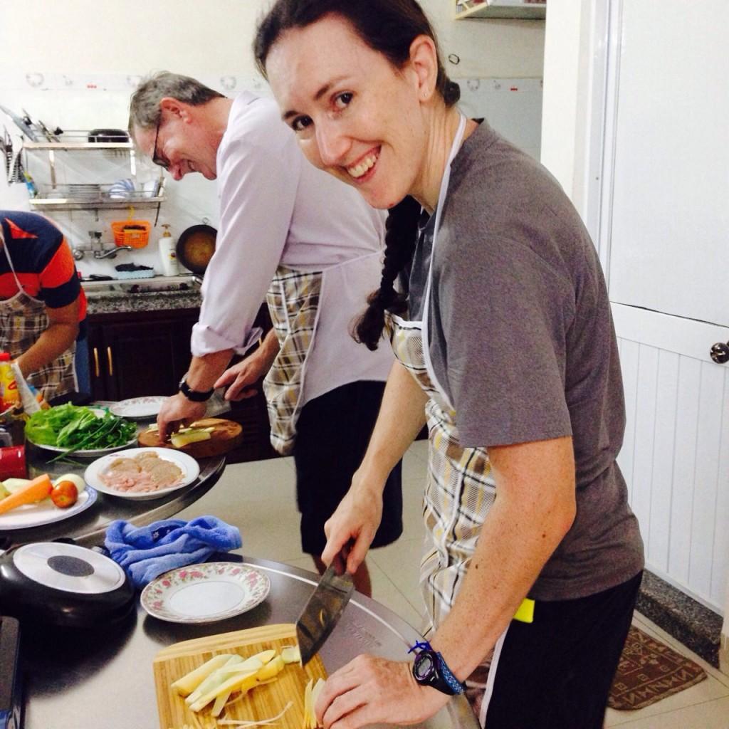 如果你喜欢越南菜,更好不过的就是可以带这些美食回国为亲朋好友做一顿美筵。那么怎么做越南菜呢?这不是很简单的事情吗!请参加烹饪班,学习做一些越南著名菜如沙拉,煎饼,木瓜沙拉等等。这种体验非常有意思的,尤其是参加烹饪班,你不仅学习做饭还亲自加入实地考察之旅,学一学种地经验。是的,实在太多体验了。就参加烹饪班吧,回国亲自下厨,表演一下越南菜烹饪手艺哟!, da nang home cooking class